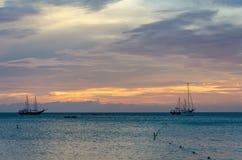 La hora de oro con los barcos de vela en el mar anclado Imagen de archivo libre de regalías