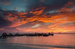 La hora de oro con los barcos de vela en el mar anclado Foto de archivo libre de regalías