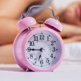 La hora para despierta el despertador Fotos de archivo libres de regalías