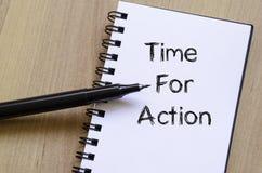 La hora para la acción escribe en el cuaderno Imágenes de archivo libres de regalías