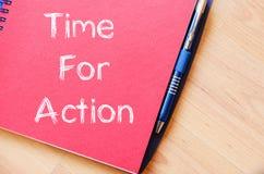 La hora para la acción escribe en el cuaderno Foto de archivo libre de regalías