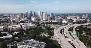 La hora punta de la visión aérea trafica la costa de la Florida de la carretera de Tampa Bay metrajes