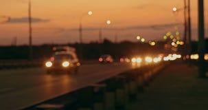 La hora punta en autopista sin peaje en la noche, blured luces de los coches de los viajeros almacen de video