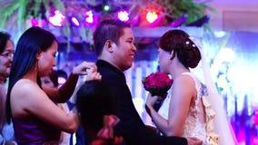 La huésped de la boda realiza la fijación del dinero a los pares en la tradición de la danza de la boda almacen de metraje de vídeo
