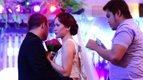 La huésped de la boda realiza la fijación del dinero a los pares en la tradición de la danza de la boda almacen de video