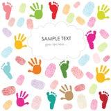 La huella del bebé, las impresiones de la mano y la tarjeta de felicitación de los niños de las huellas dactilares vector el ejem Foto de archivo