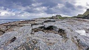 La huella rara del dinosaurio del tracksite sauropod-dominado del nam Brathairean, hermanos de Rubha señala - la isla de Skye metrajes