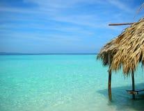 La hutte à l'eau cristal tropicale Image stock