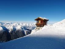 La hutte était perché périlleux du côté d'une montagne Images libres de droits