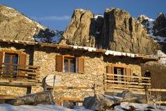 La hutte de montagne au lever de soleil Images stock
