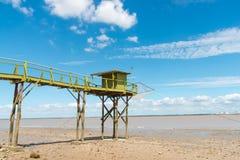 La hutte de pêche sur des échasses a appelé Carrelet, estuaire de la Gironde, France image libre de droits