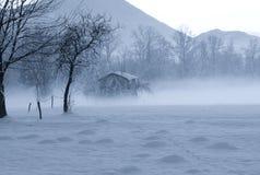 la hutte de Santa Claus cachée dans le brouillard image libre de droits