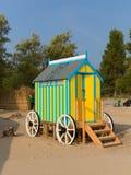 La hutte de voiture de bain de vestiaire de bord de la mer avec en bois roule dedans le jaune et le bleu images stock