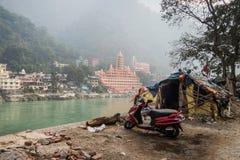 La hutte du mendiant par la rivière le Gange Rishikesh photographie stock libre de droits