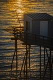 La hutte du pêcheur traditionnel au coucher du soleil dans les sud à l'ouest de la France photos libres de droits