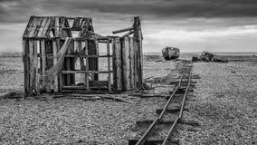 La hutte et les rails abandonnés de pêche sur le bardeau échouent pendant les WI orageux Photographie stock