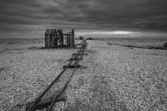 La hutte et les rails abandonnés de pêche sur le bardeau échouent pendant les WI orageux Photo libre de droits