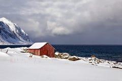 La hutte isol?e sur lofoten dans le norwey photo stock