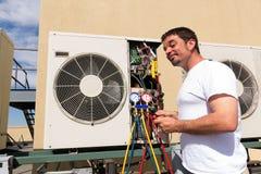 La HVAC ripara l'uomo Fotografia Stock