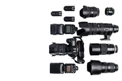 La idea de un fotógrafo profesional con los accesorios blancos del fondo Imagenes de archivo