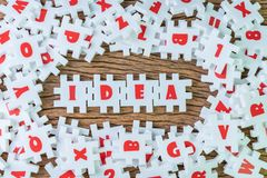 La idea del negocio, la creatividad o la inspiración en trabajo y la solución de problemas, rompecabezas blanco del rompecabezas  imagenes de archivo