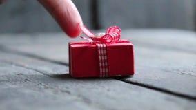 La idea del regalo, una caja con una cinta miente en una tabla del vintage metrajes