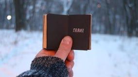 La idea del viaje, viajero sostiene un libro en su mano con la inscripción almacen de video