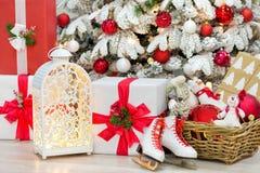 La idea maravillosa de las decoraciones del estudio de la Navidad el árbol principalmente blanco y rojo del Año Nuevo con nieve y Imagenes de archivo