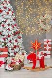 La idea maravillosa de las decoraciones del estudio de la Navidad el árbol principalmente blanco y rojo del Año Nuevo con nieve y Foto de archivo