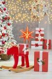 La idea maravillosa de las decoraciones del estudio de la Navidad el árbol principalmente blanco y rojo del Año Nuevo con nieve y Fotos de archivo