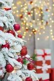 La idea maravillosa de las decoraciones del estudio de la Navidad el árbol principalmente blanco y rojo del Año Nuevo con nieve y Fotografía de archivo