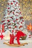 La idea maravillosa de las decoraciones del estudio de la Navidad el árbol principalmente blanco y rojo del Año Nuevo con nieve y Fotos de archivo libres de regalías