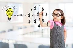 La idea y el trabajo pueden hacer que las porciones de la ecuación del dinero dibujan por la niña linda Fondo de la oficina Imagenes de archivo