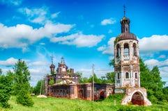 La iglesia abandonada destruida vieja Cielo azul Imagenes de archivo