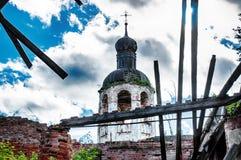 La iglesia abandonada destruida vieja Cielo azul Fotos de archivo libres de regalías