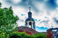 La iglesia abandonada destruida vieja Cielo azul Fotos de archivo