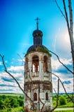 La iglesia abandonada destruida vieja Cielo azul Fotografía de archivo