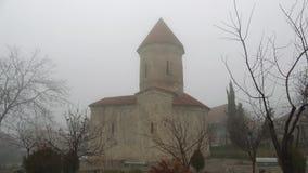 La iglesia albanesa antigua del santo Elisha en enero en un día de niebla Pueblo de Kish, Azerbaijan almacen de metraje de vídeo