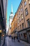 La iglesia alemana en sueco: Tyska kyrkan en callejón estrecho entre las casas viejas en Gamla stan, la ciudad vieja de Estocolmo foto de archivo