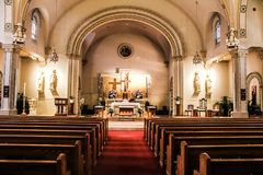 La iglesia altera adornado para una boda Fotos de archivo