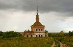 La iglesia arruinada vieja del ladrillo rojo Ciudad Suzdal de Rusia foto de archivo