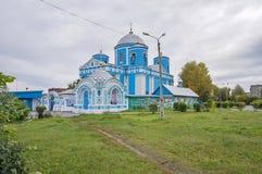 La iglesia azul con las dependencias, en el otoño, en tiempo nublado Foto de archivo