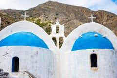 La iglesia blanca con el azul cubre con una cúpula la playa de Kamari, Grecia Fotos de archivo