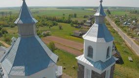 La iglesia cat?lica de nuestra se?ora de Ruzhantsova en el pueblo de Radun belarus Silueta del hombre de negocios Cowering almacen de metraje de vídeo