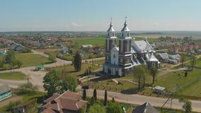 La iglesia cat?lica de nuestra se?ora de Ruzhantsova en el pueblo de Radun belarus Silueta del hombre de negocios Cowering almacen de video