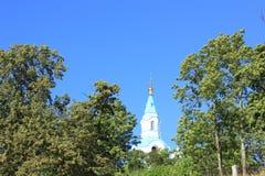 La iglesia contra el cielo azul Imagenes de archivo