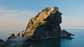 La iglesia de Agios Ioannis Kastri en una roca en la puesta del sol, famosa de las escenas de la película de Mia de la mama, isla Fotografía de archivo libre de regalías