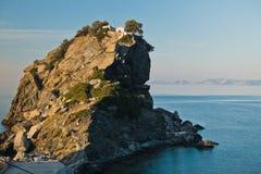 La iglesia de Agios Ioannis Kastri en una roca en la puesta del sol, famosa de las escenas de la película de Mia de la mama, isla Foto de archivo libre de regalías