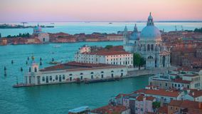 La iglesia de Grand Canal y de Santa Maria della Salute en Venecia almacen de metraje de vídeo