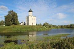 La iglesia de la intercesión de la Virgen Santa en el río de Nerl, Rusia foto de archivo